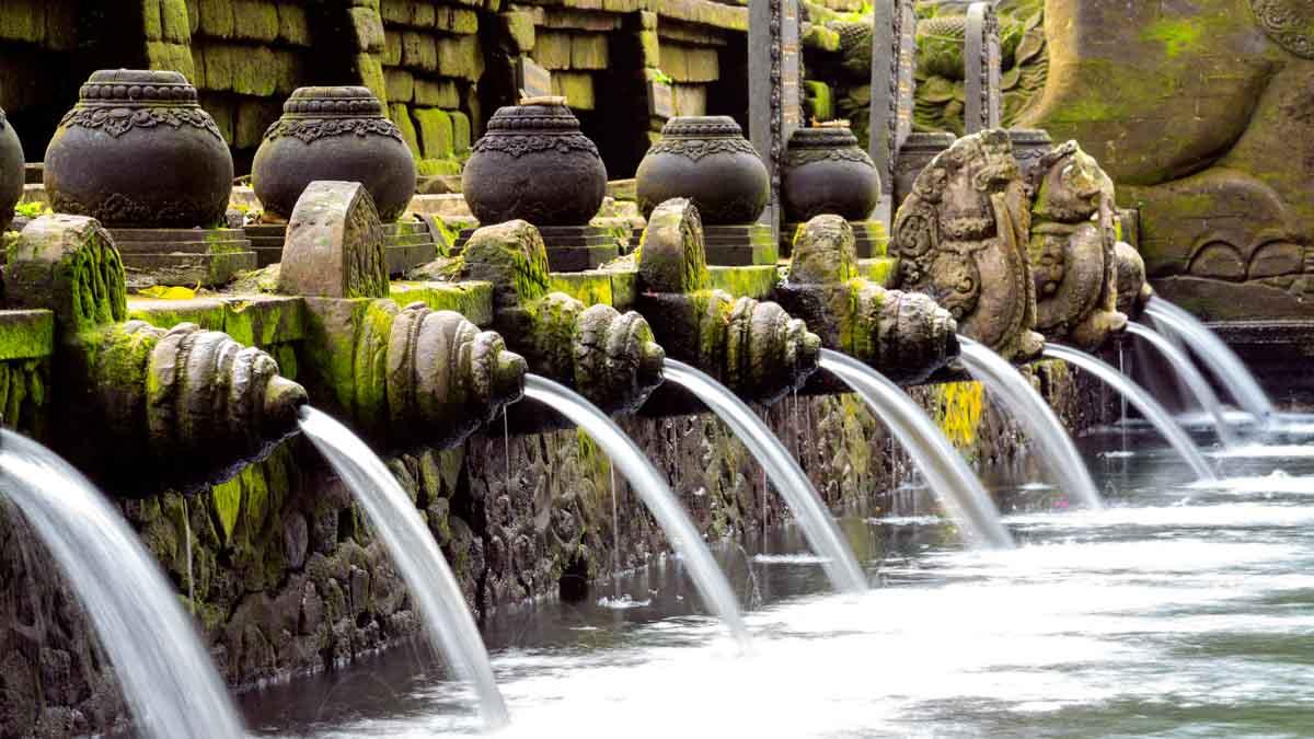 tirta empul templo en bali, indonesia