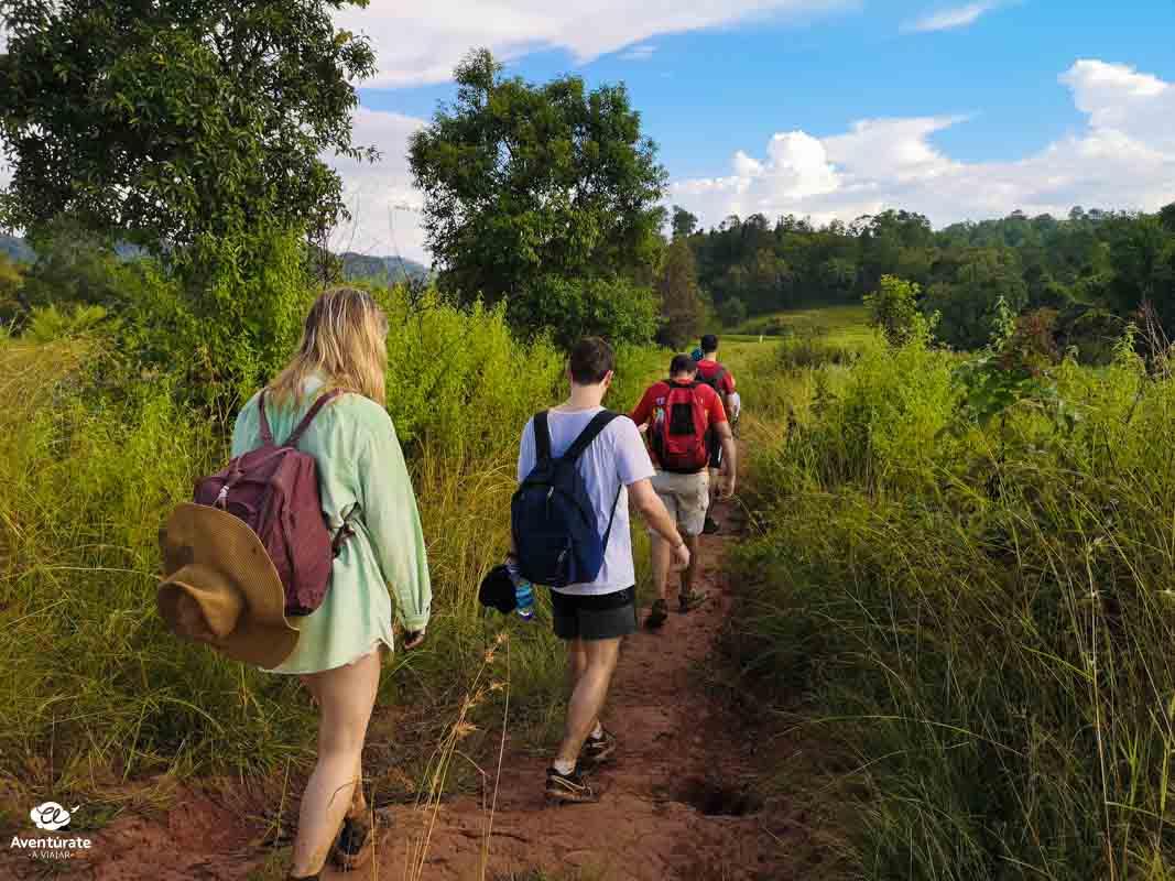 viajeros haciendo trekking en un viaje de aventura de una agencia de viajes en Sapa, Vietnam