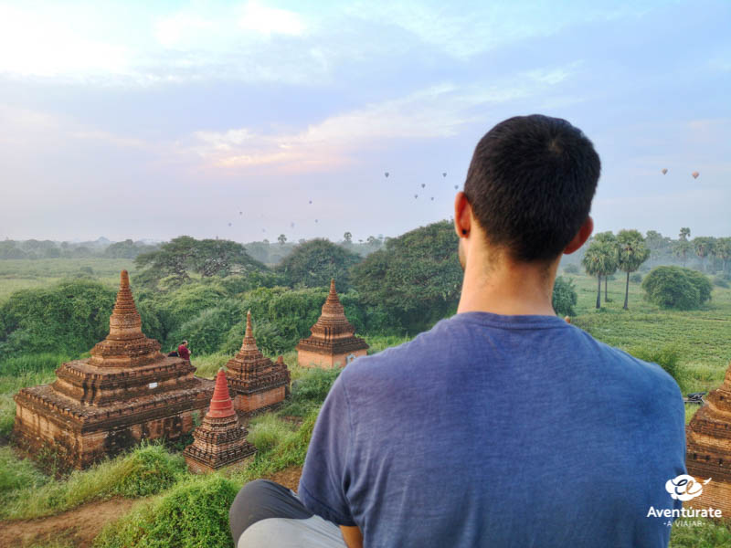 viajero en un viaje de aventura a myanmar